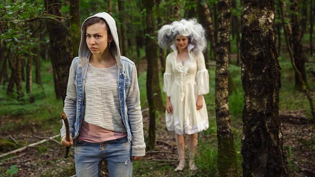 Jenny (Amina Merai, l) begegnet im alten Tal dem Orakel (Joyce Ilg).