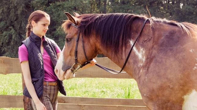 Patrizia (Luise Befort) findet ihr Pferd hässlich.