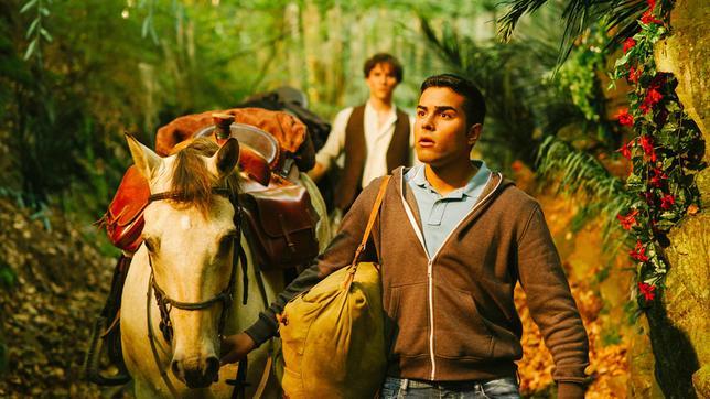 Tarik (Kaan Sahan) kommt aus dem Staunen nicht mehr heraus, als er das alte Tal betritt.