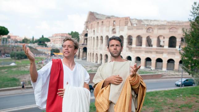 Checker Tobi (links) und Fabio, verkleidet als Senatoren, vor dem Colosseum in Rom.
