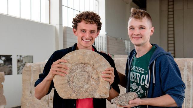 Der Geologe Oliver Bartos erklärt Julian, wie Steine und Fossilien entstehen.