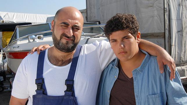 Erol (Özgür Karadeniz) hat den Arm um Anton (Danilo Kamber) gelegt.