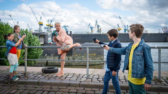 Jale (Ava Sophie Richter), Pinja (Sina Michel), Ramin (Jann Piet) und Till (Otto von Grevenmoor) machen Handyfotos von Astrid Dietz (Yvonne Hornack).
