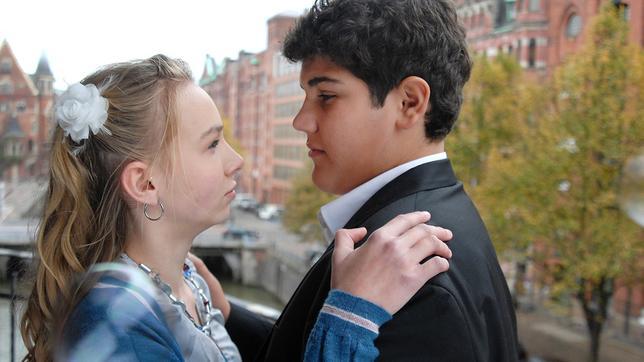 Jessi (Martha Fries) und Anton (Danilo Kamber) halten sich im Arm und schauen sich an.