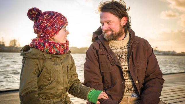 Pinja (Sina Michel) mit ihren Vater Jonne (Mathias Harebye Brandt)