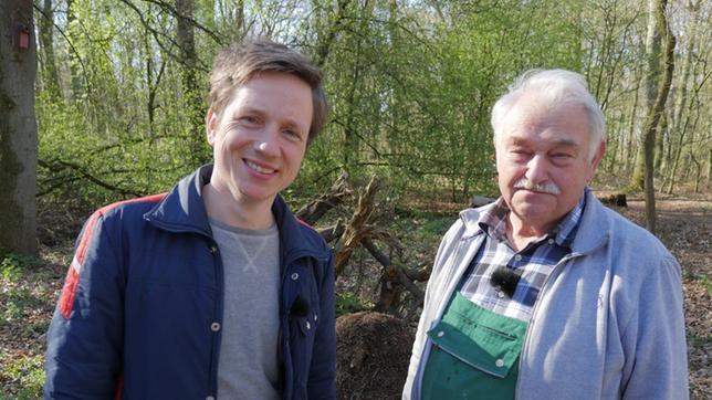Johannes und Ameisenschützer Heinz van den Brock im Wald vor einem Ameisenhaufen