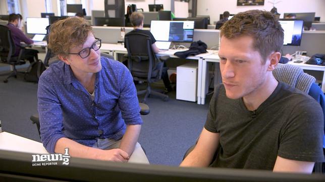 Robert sitzt mit einem Programmierer am Tisch