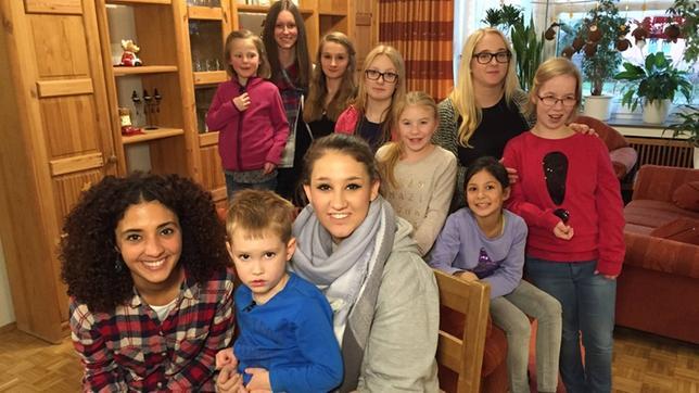 Siham mit vielen Kindern im Wohnzimmer