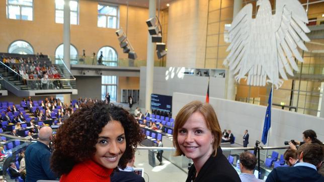Siham und Gyde Jensen im Deutschen Bundestag