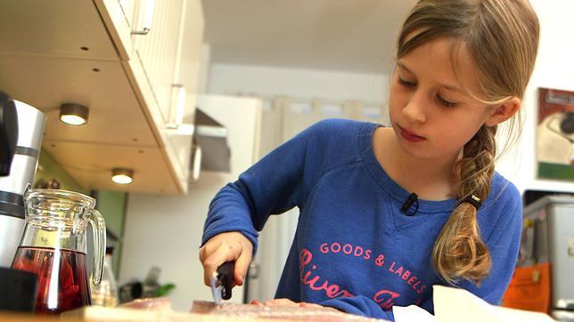 Ein Mädchen beim Kochen