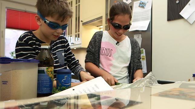 Zwei Kinder kochen