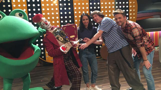 Die Moderatoren Muschda Sherzada und Johannes Zenglein mit den Clowns vom Circus Roncalli