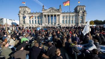 Demonstration vor dem Reichstag (Bild: dpa/ Sebastian Kahnert)