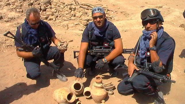 Das italienische Kommando TPC (Comando carabinieri per la tutela del patrimonio culturale) während einer Bestandsaufnahme einer geplünderten Grabungsstätte im Irak.