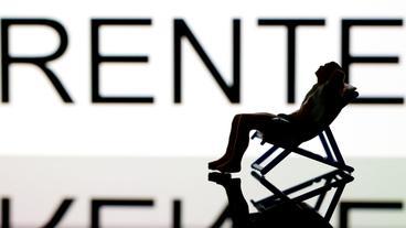 Schriftzug Rente, im Vordergrund ein Liegestuhl