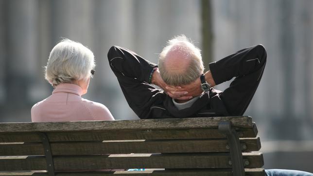 Rentnerpaar auf einer Bank