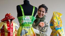 Katell Gélébart arrangiert  ein von ihr gestaltetes Kleid. (Bild:  picture alliance / dpa /  Christian Charisius)