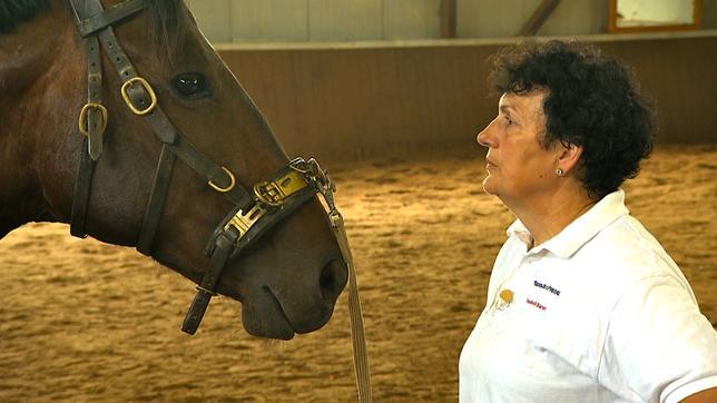 Pferdecoach Isabelle Banek mit Problem-Wallach Victor