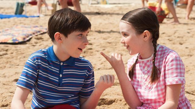 Der kleine Nick (Mathéo Boisselier) freundet sich im Urlaub mit Isabelle (Erja Malatier) an.