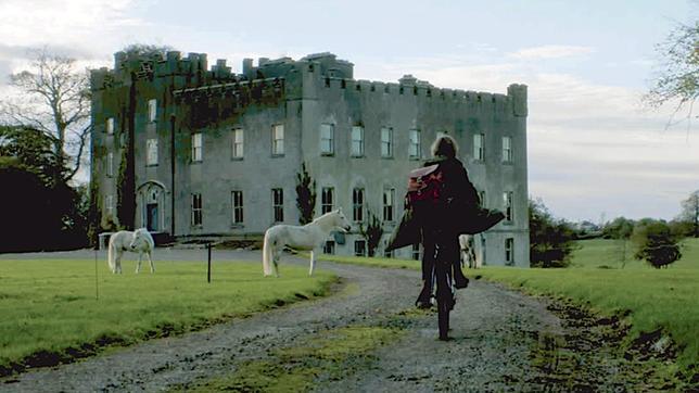 Mickey (Lucy Morton) fährt zum Longwood Castle, dem früheren Sitz des legendären schwarzen Ritters.
