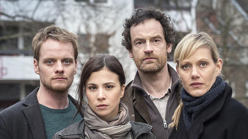 Am Tatort: Nora Dalay (Aylin Tezel, l), Peter Faber (Jörg Hartmann), Daniel Kossik (Stefan Konarske) und Martina Bönisch (Anna Schudt, r).