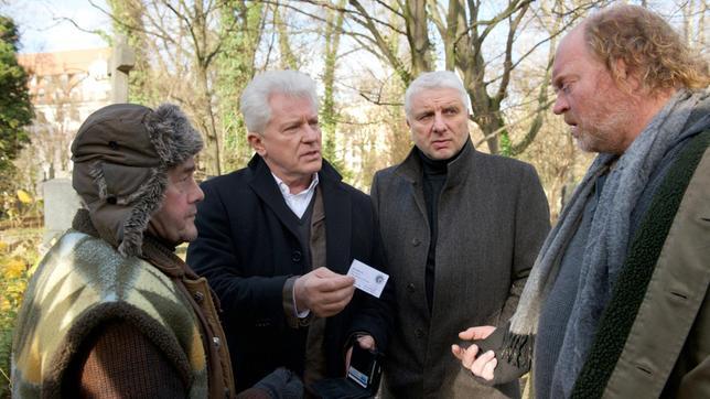 Die Hauptkommissare Ivo Batic (Miroslav Nemec, 2. v. li.) und Franz Leitmayr (Udo Wachtveitl, 2. v. re.) sprechen mit den Obdachlosen Werner (Wolfgang Pregler, li.) und Andy (Ferdinand Doerfler, re.).