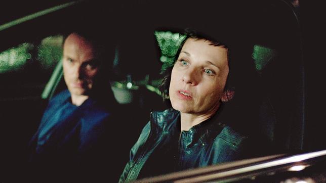 Karow (Mark Waschke) und Rubin (Meret Becker) verfolgen einen Verdächtigen in der Stadt.