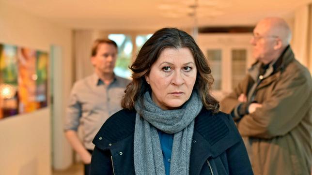 Klara Blum (Eva Mattes), im HG ihr Kollege und Herr Kolb.
