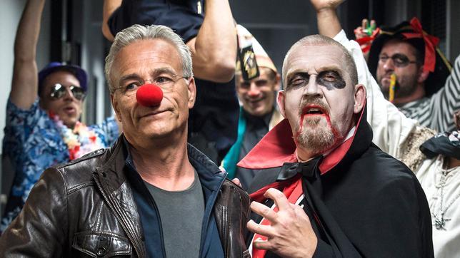 Auch im Präsidium wird Karneval gefeiert: Kommissar Freddy Schenk (Dietmar Bärr) geht als Vampir, während sein Kollege Max Ballauf (Klaus J. Behrendt) nur widerwillig die Pappnase trägt.