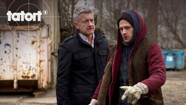 Beim Freak Lucas Vogt (Robert Gwisdek, re) an der Schrottpresse muss sich Ritter (Dominic Raacke) erst einmal Gehör verschaffen.