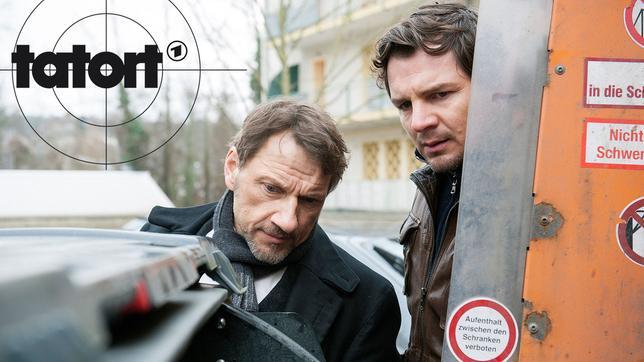Der Tote, dessen Ermordung Thorsten Lannert (Richy Müller) und Sebastian Bootz (Felix Klare) untersuchen müssen, wurde in einer Mülltonne gefunden.