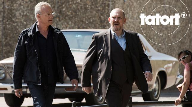 Die Kommissare Freddy Schenk (Dietmar Bär, r.) und Max Ballauf (Klaus J. Behrendt, l.) sind dort, wo der mutmaßliche Täter Adrian Tarrach wohnt: in einer trostlosen Vorstadtsiedlung.