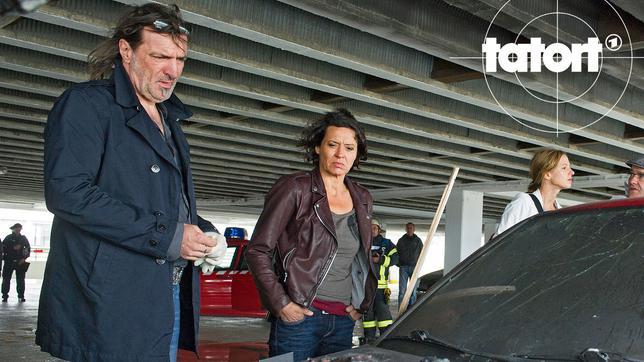 Die Leiche ist kein schöner Anblick für Mario Kopper (Andreas Hoppe) und Lena Odenthal (Ulrike Folkerts). Tarim Kosic wurde zuerst zwischen zwei Autos zerquetscht und dann angezündet, um die Spuren zu verwischen.