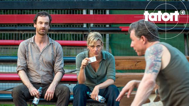 Paul Stiehler (Dirk Borchardt, r) passt es nicht, dass Peter Faber (Jörg Hartmann, l) und Martina Bönisch (Anna Schudt) seiner Familie auf den Leib rücken.