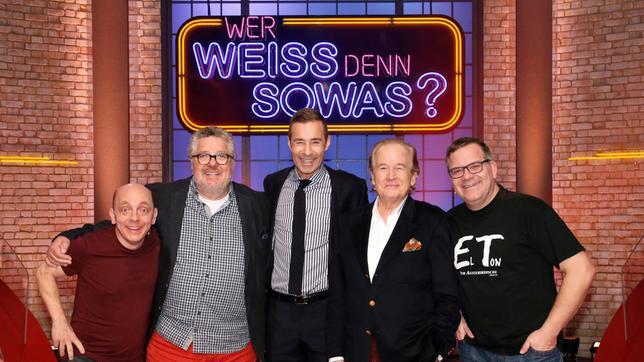 Moderator Kai Pflaume und seine Rateteam-Kapitäne Bernhard Hoëcker und Elton begrüßen in dieser Sendung, die beiden TV-Moderatoren Michael Schanze und Max Schautzer.
