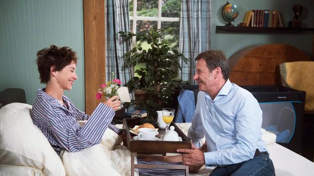 Als Gunter (Hermann Toelcke) Merle (Anja Franke) Das Frühstück Ans Bett  Bringt