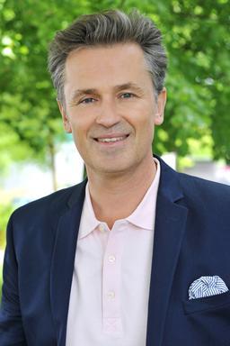 """Schauspieler Timothy Peach spielt Dr. Erhardt in """"Sturm der Liebe""""."""