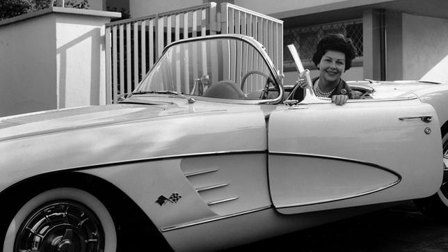 Aenne Burda in ihrer Chevrolet Corvette 1956.