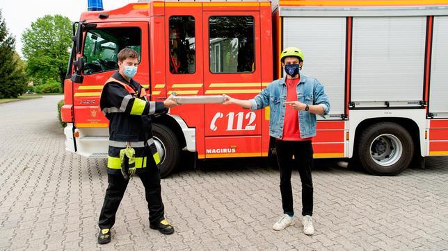 Checker Julian mit Feuerwehrmann Michi. Weiteres Bildmaterial finden Sie unter www.br-foto.de.