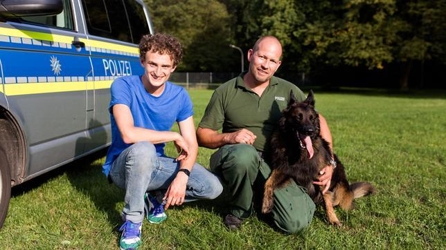 Checker Julian mit Polizeihund Tiger und Hundeführer Manu