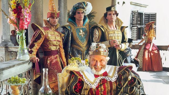 Der König (Vladimir Brabec) versucht mit List und Tücke die Macht in seinem Reich zu sichern. Dazu gehört auch ein fürchterlicher fleischfressender Drache.