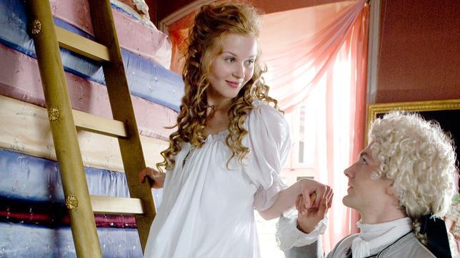 Die Prinzessin auf der Erbse: Nur mit einer Prinzessin (Rike Kloster) an seiner Seite kann der Prinz (Robert Gwisdek) Thronfolger werden.