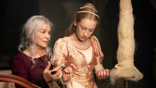 Dornröschen 6 auf einen Streich Märchenfilm Deutschland 2009: Myrose und die Schicksalsfee Maruna am Spinnrad