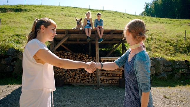 Gitti Stettner (Sarah Bauerett, rechts) hat Flori eine zweite Chance gegeben. Links: Floris Mama Eva (Ines Hollinger).