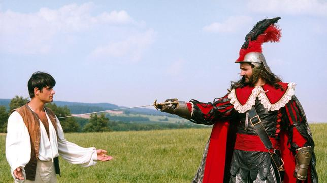 Hannes (Miroslav Simunek, li.) und Brambas (Daniel Hulka) geraten durch die Machenschaften am Hofe aneinander. Hannes schafft es, Brambas und seine Leute aus dem Lande zu jagen.