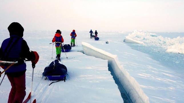 Immer wieder führt der Weg von Johanne, Johannes, Elias, Erika und Aleksander (von li nach re) an gefährlichen Eisrinnen entlang.