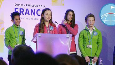 Johannes, Johanne, Erika und Elias halten auf der Weltklimakonferenz in Paris im Dezember 2015 eine Rede.