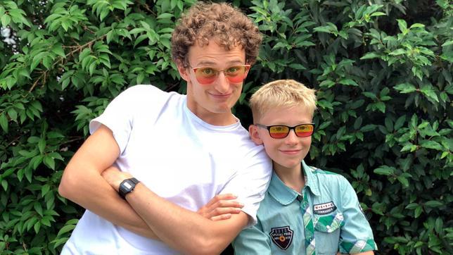 Julian gemeinsam mit Jung-Erfinder Silas. Er hat was erfunden, das vielleicht schon bald vielen Menschen auf der Welt hilft, die eine Farb-Seh-Schwäche haben. Weiteres Bildmaterial finden Sie unter www.br-foto.de.