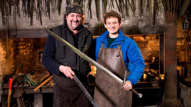 Julian (rechts) schmiedet mit Waffenschmied Frank ein richtiges Ritterschwert