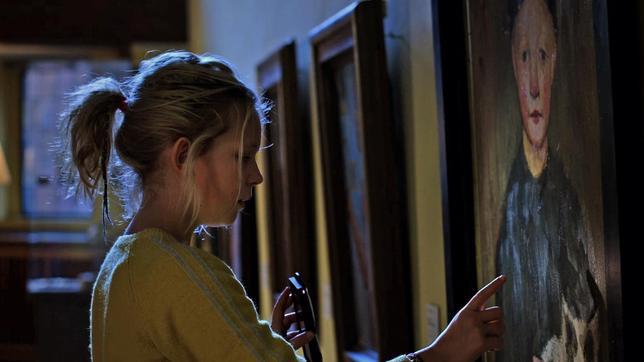 """Juna (Claire Wegener) streift nachts durch das verlassene Museum und entdeckt in einem Paula Modersohn-Becker-Gemälde Hugo, den """"Knaben mit Katze"""" (Yuri Gayed)."""